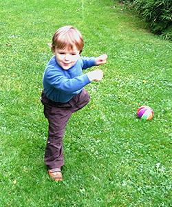 Ballspiele im Freien aktivieren die Augenakkomodation