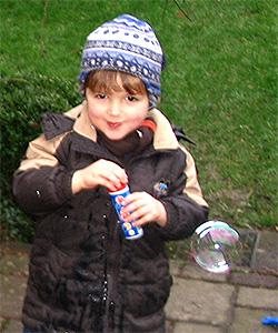 Spielen in der freien Natur unterstützt die Sehentfaltung bei Kindern